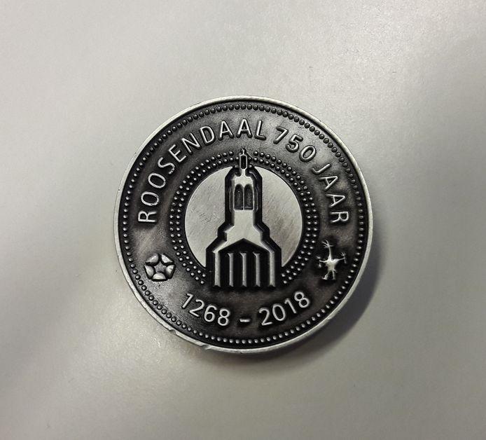 De achterkant van de munt, met daarop het logo van de stichting 750 jaar, een roos en een piepklein Tullepetaontje.