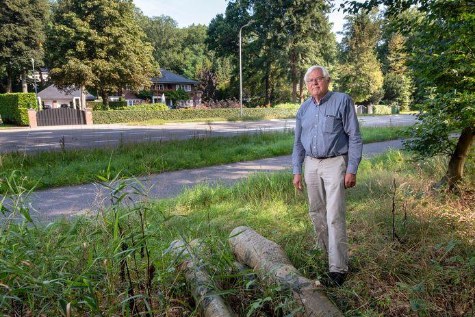 Hans Ariëns bij de plek aan de Utrechtseweg waar hij een gedenkteken wil plaatsen.