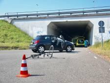 Wielrenner klapt in Vianen op voorruit van auto