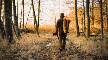 """Jager betrapt op illegale vossenjacht in Brugge: """"Vier haantjes en hen gebruikt als levende lokdieren"""""""