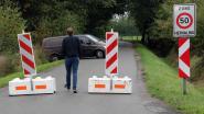 Oude Westmeerbeekseweg afgesloten met betonblokken (want plastic paaltjes werden doorzaagd)