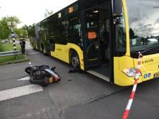 Onderzoek na harde botsing met bus: scooterrijder gewond afgevoerd
