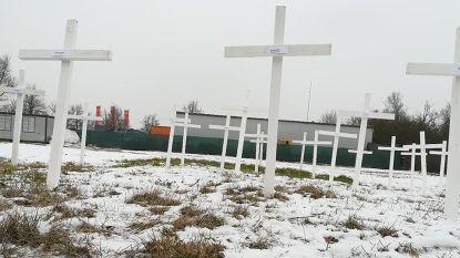 Onbekenden zetten kruisen met namen van slachtoffers aanslagen Brussel aan Duitse moskee