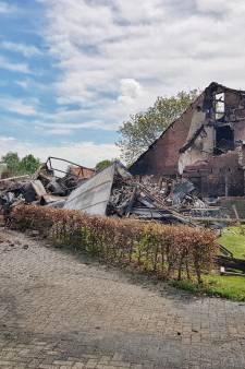 Paar spullen kunnen nog uit afgebrande woonboerderij in Heukelom gehaald worden