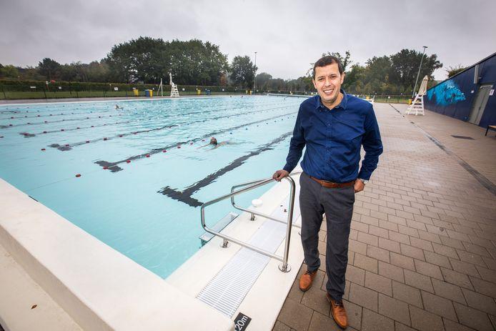 Schepen van Sport Habib El Ouakili beslist samen met de stad om het buitenzwembad van Kapermolen open te houden voor bibberzwemmers. (Archiefbeeld)
