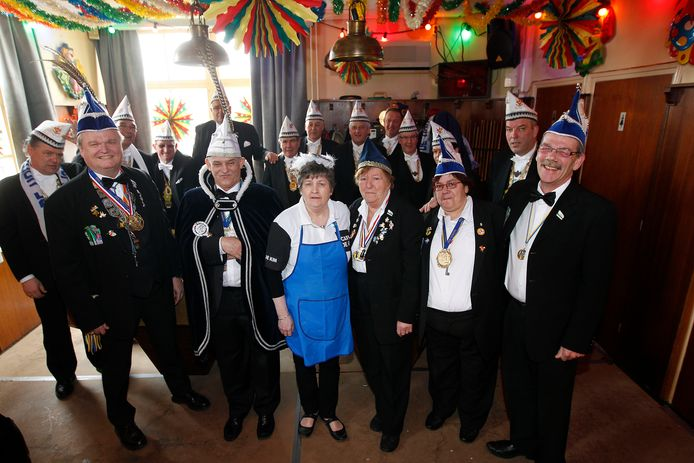 Carnavalsvereniging De Kim ontving in 2013 de ereleden van de grote Houtse Kluppels (achteraan op foto).