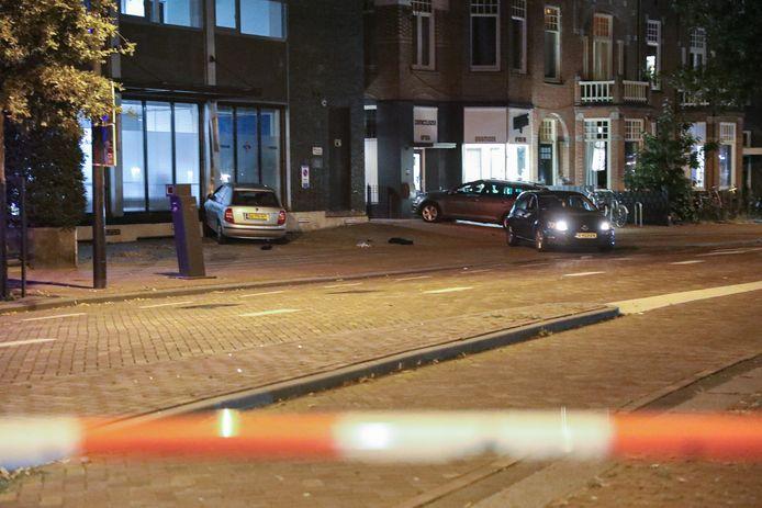 De grijze Skoda is tegen het gebouw aan de Hertogstraat gereden. De politie heeft de straat gedeeltelijk afgezet.