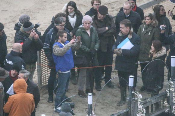 Alexandru toont hoe hij de zieltogende Sofie Muylle filmde. Haar vader (met pet) kijkt toe vanop minder dan een meter, geflankeerd door zijn partner.