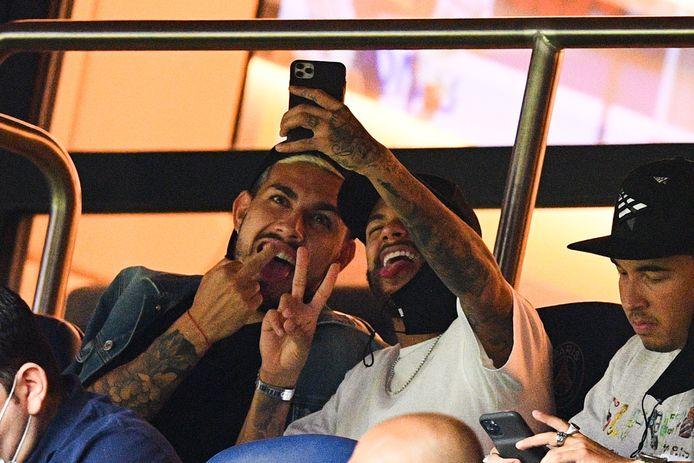 Neymar vanavond met Paredes in de tribunes van het Parc des Princes.