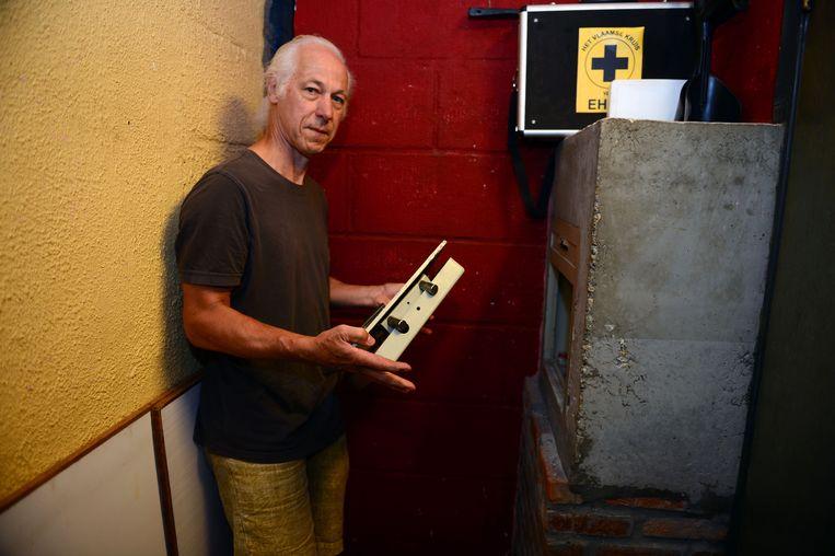 Logistiek medewerker Daniël Jeuris toont de opengebroken kluis van jeugdhuis Sojo.