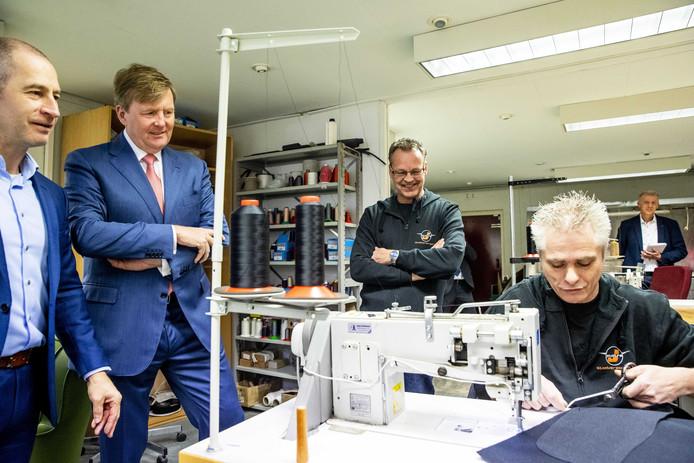 Koning Willem-Alexander kreeg een rondleiding door het bedrijf waar ze meubels herstofferen.