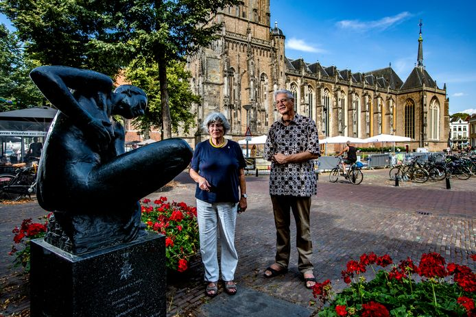 Joep Walter en Mady Schoenmaker voor het Indiëmonument op het Grote Kerkhof in Deventer.