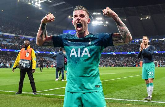 Toby Alderweireld juicht nadat Spurs ten koste van City door is naar de halve finale van de Champions League.