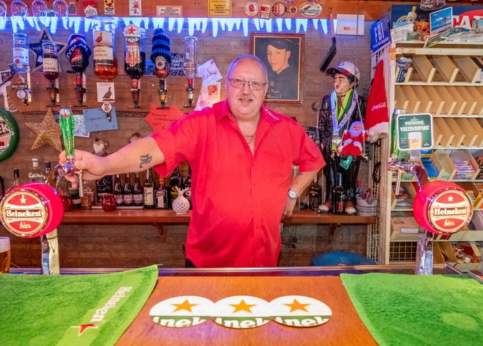 Michaël van den Ban in café Charlie in Nieuwerkerk.