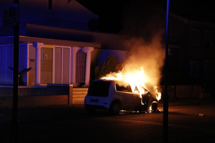 De auto vatte vlam en was niet meer te redden.