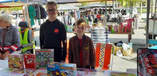 Femke (10) en Wesley (8) bij hun kraam.