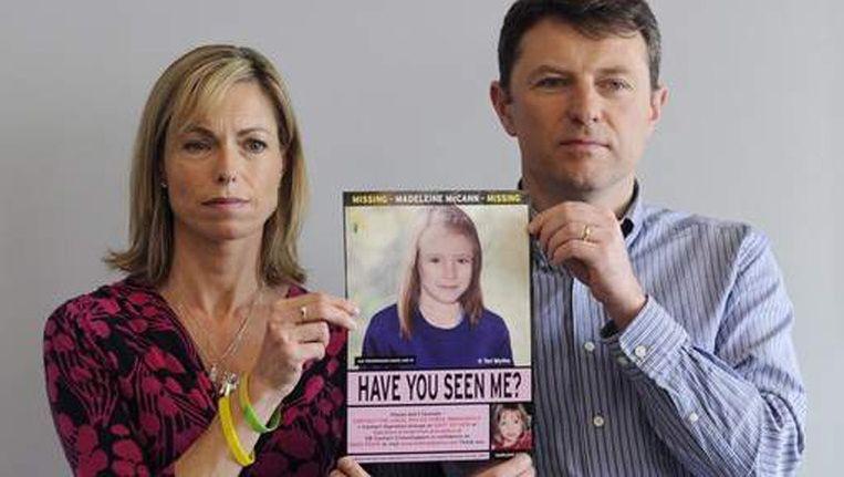 De ouders van Maddie, Kate en Gerry, houden een foto omhoog van hun dochter hoe ze er nu uit zou zien.