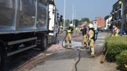 Vrachtwagen met slachtafval verliest deel van lading na remmanoeuvre