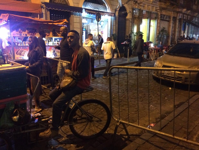 Dranghekken in de straat. Beeld Wies Ubags