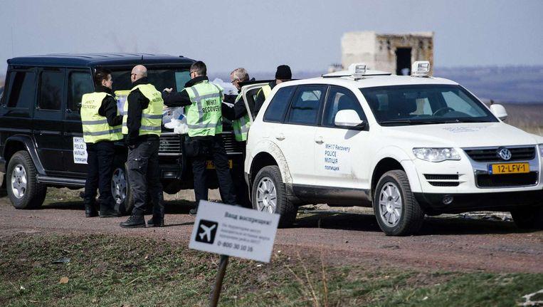 Leden van het Nederlandse experts team deden gisteren en vandaag onderzoek op de rampplek van de Malaysia Airlines Flight MH17 nabij het dorp Grabove in het oosten van Oekraïne. Beeld anp