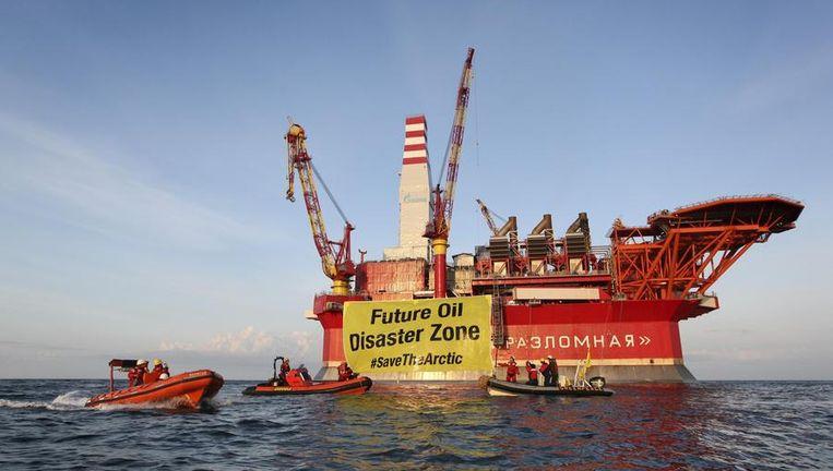 Greenpeace demonstreert bij het boorplatform van Gazprom in de poolzee. Beeld EPA