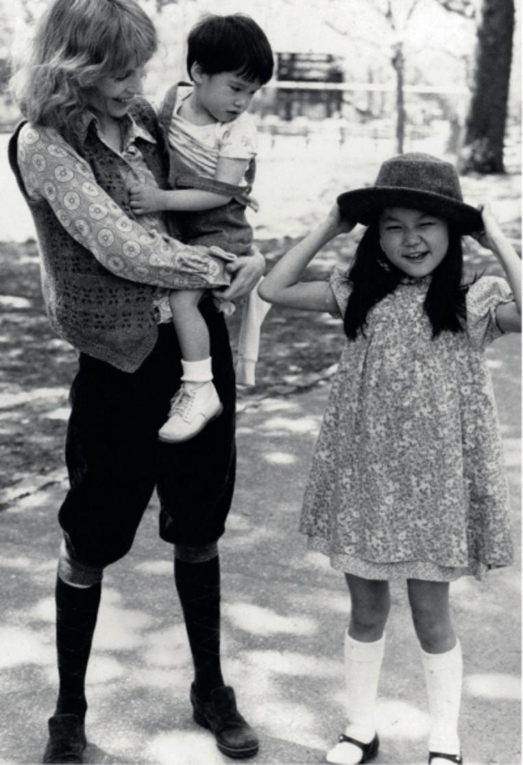 'Mia vond me hopeloos achterlijk. Ze hield me soms ondersteboven, zodat er meer bloed naar mijn hersenen zou stromen.' (Foto: Mia Farrow met Moses (2) en Soon-Yi (9) in Central Park.)' Beeld