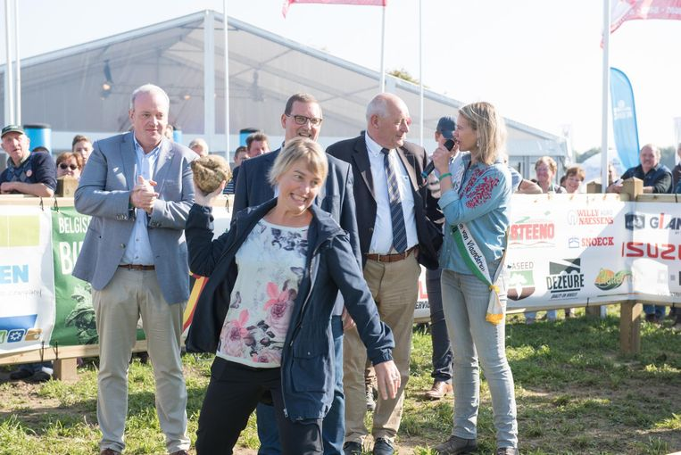 Ook Vlaams minister van Landbouw Joke Schauvliege probeert een biet zo ver mogelijk te gooien.