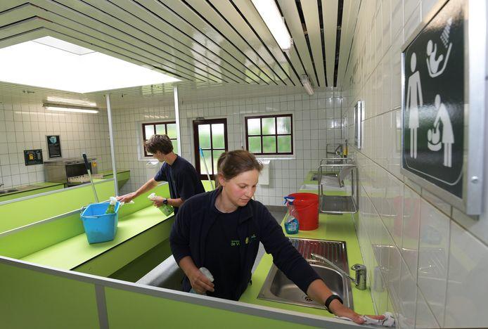 Erichem Toiletgebouwen oip de camping de Vergarde worden schoongemaakt voor het nieuwe seizoen.Foto William HoogteylingFoto William Hoogteyling