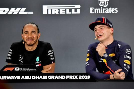Lachend naast elkaar op de persconferentie in Abu Dhabi.