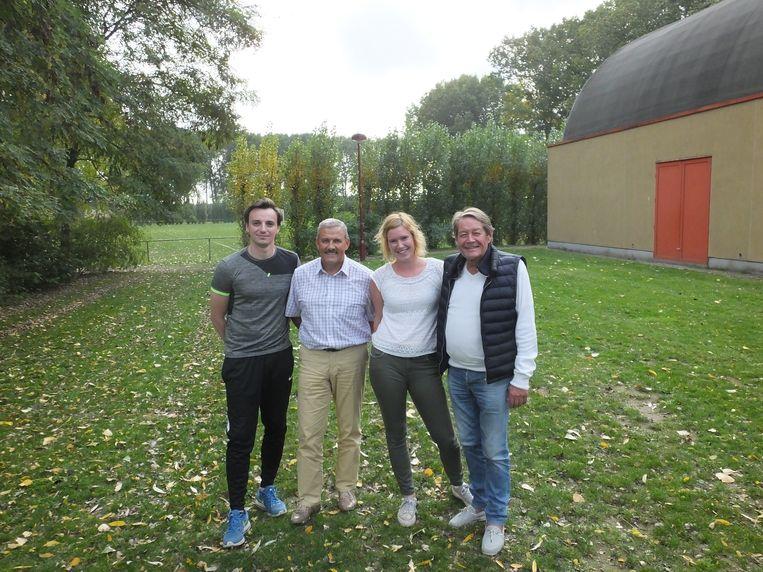 Sportfunctionaris Luc Van Praet, sportschepen Norbert De Mey en Boris Roobaert en Ciska Van Acker van de sportdienst aan de terreinen achter Palaestra.