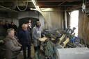 Belangstellenden kijken naar het maakproces van klompen bij Van Kaathoven in Schijndel.