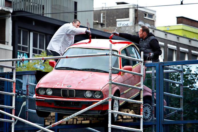 De rode BMW die uit de gevel op de Poortstraat steekt, was nodig toe aan een onderhoudsbeurt.
