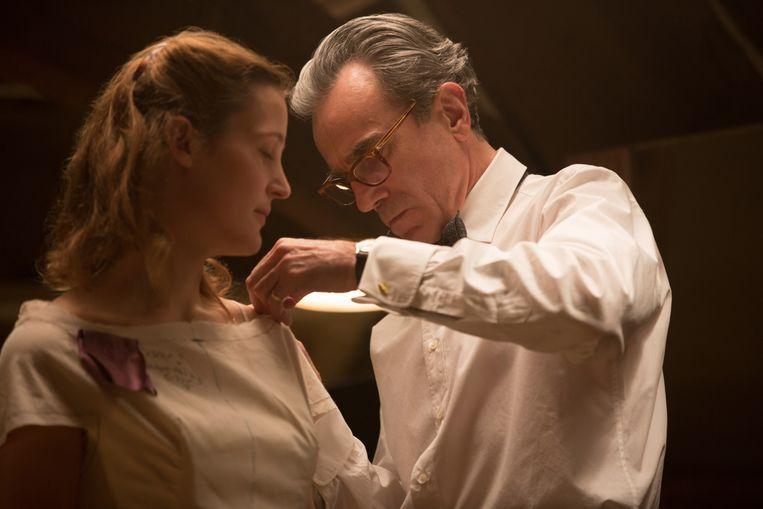 De jonge verlegen actrice Vicky Krieps en de 'grootste acteur aller tijden' Daniel Day-Lewis in Phantom Thread. Beeld Belinda Van De Graaf