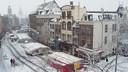 Besneeuwde zeilen van de Markt in het centrum van Nijmegen.