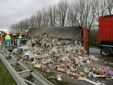 Vrachtwagen op z'n kant op A17 bij Moerdijk, chauffeur gewond naar ziekenhuis