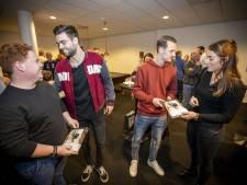 Spelers Heracles Almelo leggen vrijwilligers in de watten