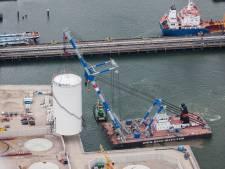 Grote opslagtanks naar hun plek getakeld in de haven