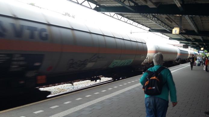 Een trein met gevaarlijke stoffen passeert een treinstation.