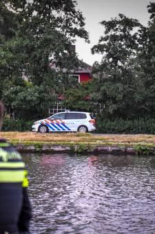 Vrouw fietst Oude Rijn in