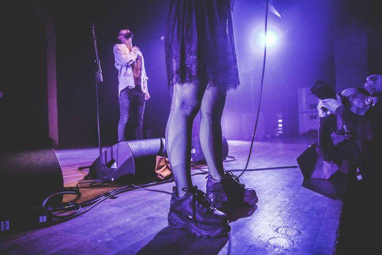 Plateauzolen, netkousen en een kleedje met kanten afwerking: de garderobe van Pussy Riot is extravagant.