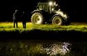 Toeschouwers met lampen wachten op zwemmer Maarten van der Weijden in het holst van de nacht tijdens zijn monstertocht langs de elf Friese steden.