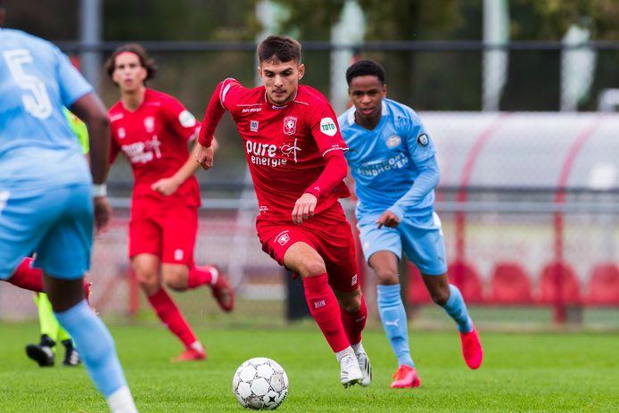 Lindon Selahi in actie tijdens de vorige interlandperiode. Toen liet hij de duels met Albanië links liggen en speelde hij met FC Twente tegen Jong PSV.