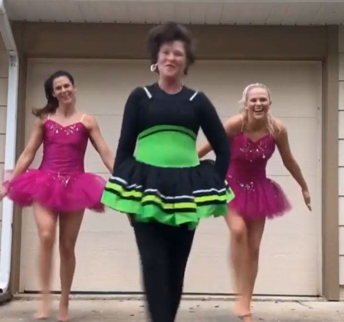 Brittany Bowe zorgt met haar zus en moeder voor wat vrolijkheid in coronatijden.