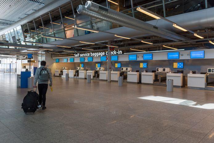 De coronacrisis heeft een streep gezet door veel vakantieplannen. Daardoor is bijvoorbeeld Eindhoven Airport nu veel rustiger dan anders.