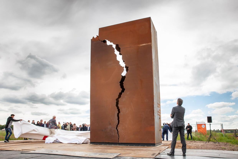 Jeroen Dijsselbloem, voorzitter van de Onderzoeksraad Voor Veiligheid, onthult 'Het Andere Monument' in de berm van de snelweg A7 vlak voor de stad Groningen. Beeld null
