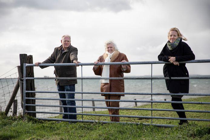Lisa Bom (rechts) met haar vader Jan Bom (ook journalist en opgegroeid in Nieuwerkerk) en oma Krina Bom-van der Have op de Rampertsedijk in Nieuwerkerk. Een plek die terugkomt in het familieverhaal van Lisa.