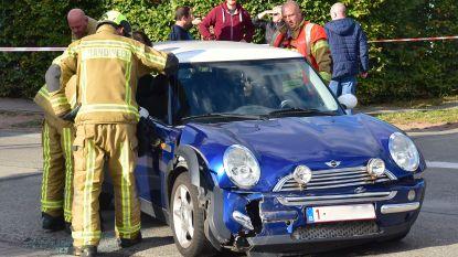 Poetsvrouw in shock na ongeval op kruispunt