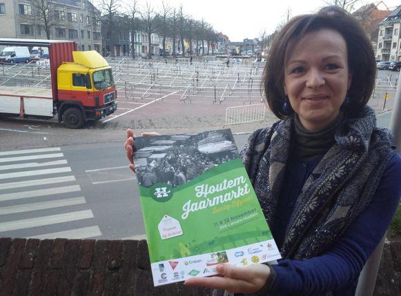 Schepen Sofie Boeykens kijkt vol spanning uit naar de winterjaarmarkt. Op de achtergrond zijn de voorbereidingen al bezig.