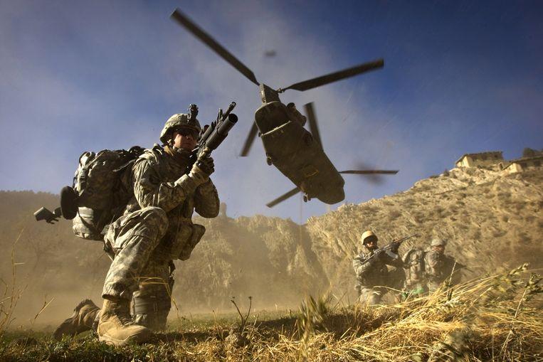 Amerikaanse en Afghaanse soldaten bij de Afghaans-Pakistaanse grens in 2008.  Beeld AFP