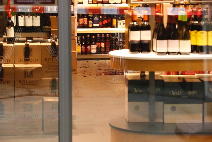 De kapotte wijnfles op de vloer van de Gall & Gall.